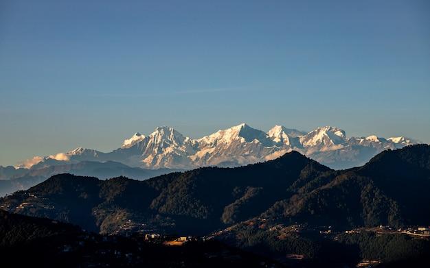 Lśniący widok na górę ganesh z katmandu