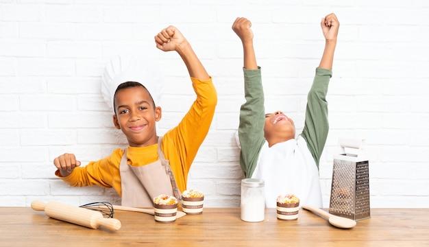 Lucky two african american bracia dzieci przebrani za szefa kuchni