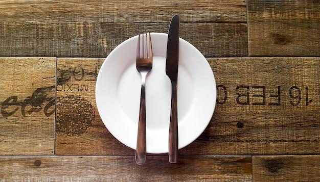 Lud i nóż na białym naczyniu
