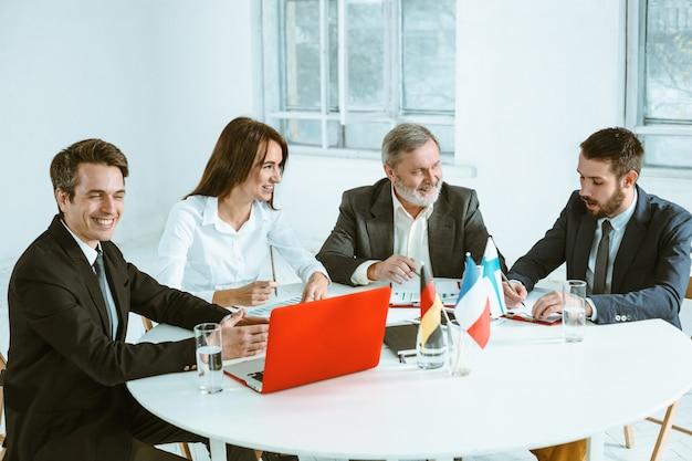 Ludzi biznesu pracujących razem przy stole.