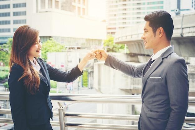 Ludzi biznesu strony clasping powodzenia zaufania, koncepcji pewność.