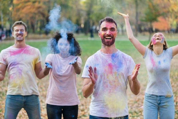 Ludzie bawią się farbą w holi