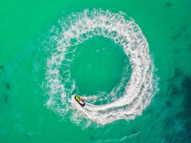 Ludzie bawią się na nartach wodnych na morzu w czasie wakacji