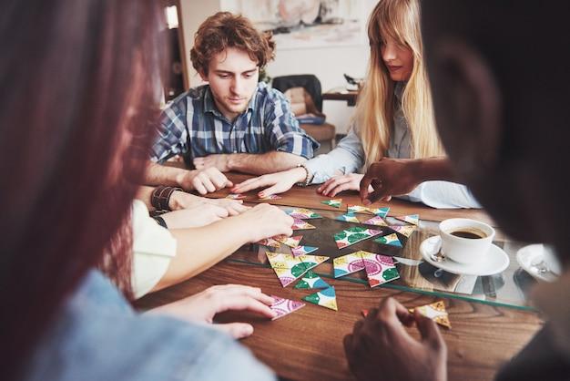 Ludzie bawią się podczas gry planszowej