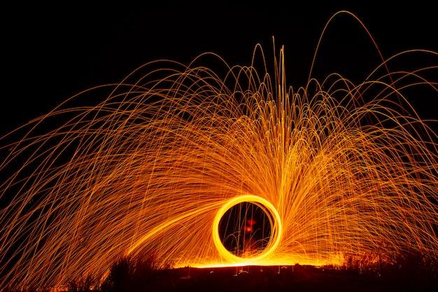 Ludzie bawią się w fajerwerki podczas uroczystości.