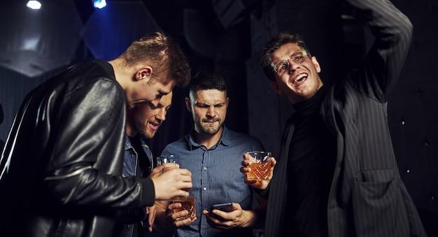 Ludzie bawią się w klubie