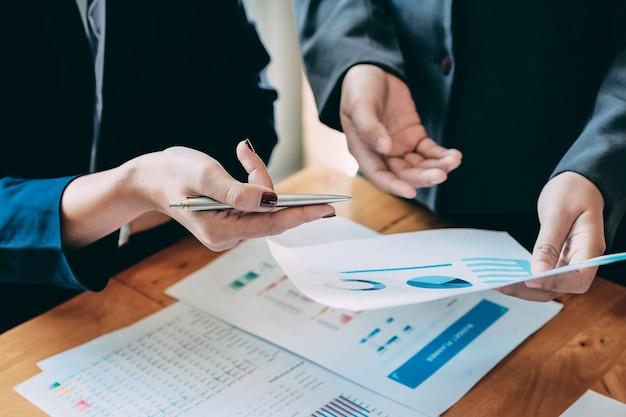Ludzie biznesu analizuje statystyki biznesowych dokumenty, pieniężny pojęcie