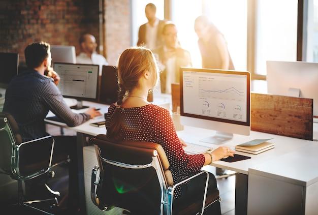 Ludzie biznesu analizy główkowania finanse sukcesu wzrostowy pojęcie