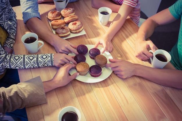 Ludzie biznesu bierze torty na stole