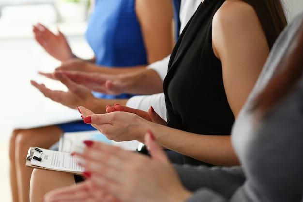 Ludzie biznesu brawo podczas spotkania w biurze