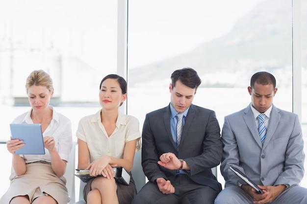 Ludzie biznesu czekają na rozmowę kwalifikacyjną
