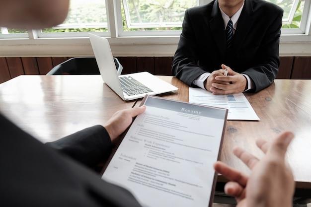 Ludzie biznesu czekają na rozmowę kwalifikacyjną.