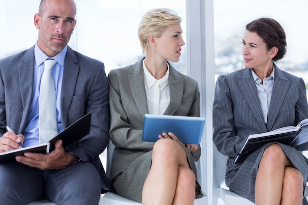 Ludzie biznesu czekają na wezwanie w wywiadzie