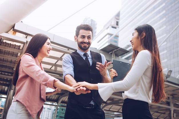 Ludzie biznesu dołączają do rąk w interesach