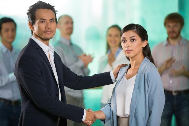 Ludzie biznesu drżenie rąk i uszczelniania deal