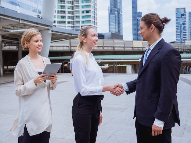 Ludzie biznesu drżenie rąk podczas spotkania na świeżym powietrzu