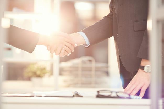 Ludzie biznesu, drżenie rąk w słońcu