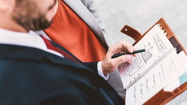 Ludzie biznesu dyskusi planistyczny wzrostowy strategii więzi pojęcie
