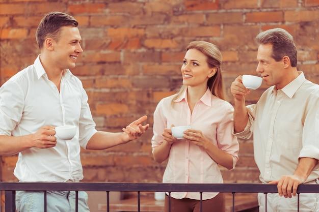 Ludzie biznesu dyskutują o sprawach biznesowych.