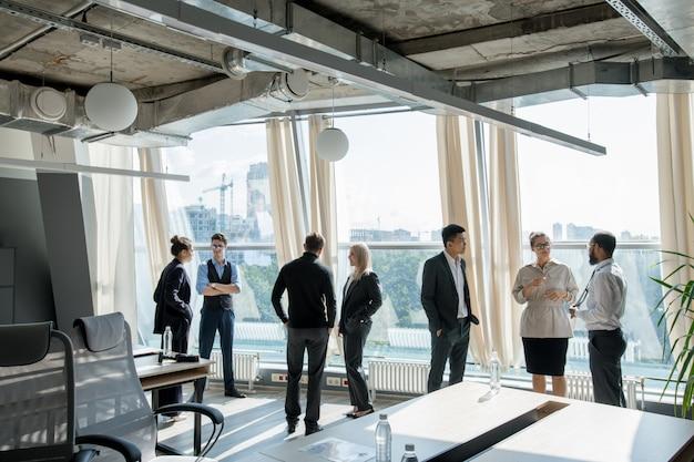 Ludzie biznesu dyskutuje konferencję przy przerwą