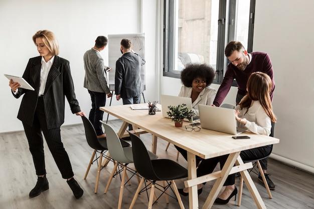 Ludzie biznesu dyskutuje podczas spotkania