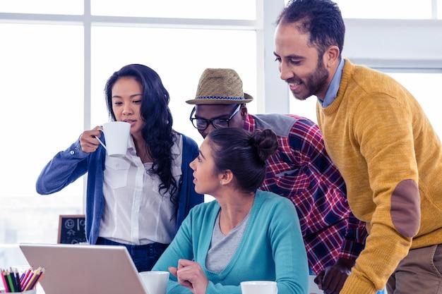 Ludzie biznesu dyskutuje w metting przy kreatywnie biurem