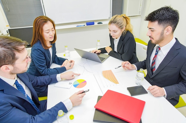 Ludzie biznesu dyskutuje w pokoju konferencyjnym