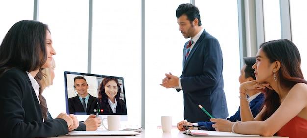 Ludzie biznesu grupy rozmów wideo spotykający się w wirtualnym miejscu pracy lub zdalnym biurze