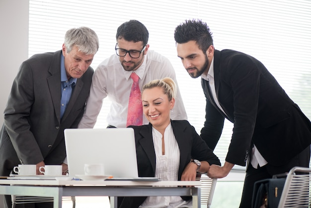 Ludzie biznesu i kierownictwo ma spotkania używa laptop