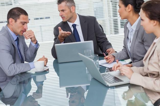 Ludzie biznesu interakcji i współpracy