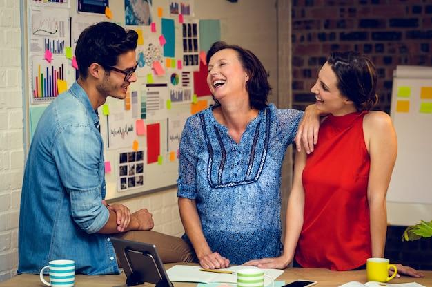 Ludzie biznesu interakcji w biurze