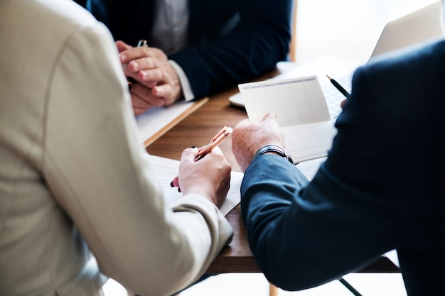 Ludzie biznesu inwestuje na początkowym buiness