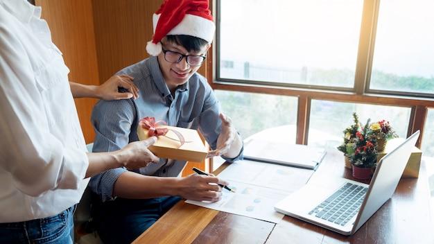 Ludzie biznesu jest ubranym santa kapelusz świętuje 2019 nowy rok bożenarodzeniowe teraźniejszość przy biurem