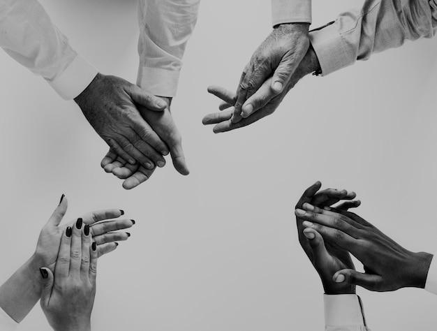 Ludzie biznesu klaskanie ręce razem