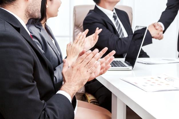 Ludzie biznesu klaskanie ręce w spotkaniu