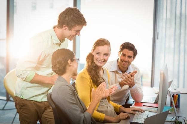 Ludzie biznesu klaszcząc w ręce na spotkaniu
