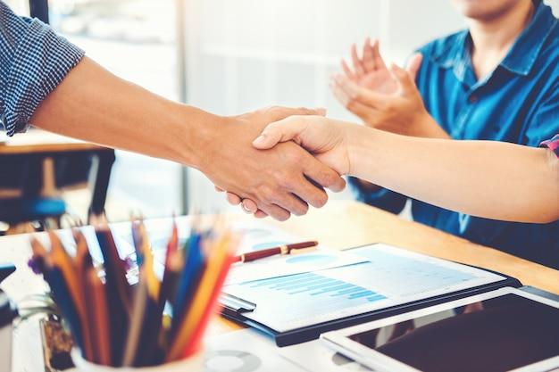 Ludzie biznesu kolegów trząść ręki spotyka planistycznego strategii analizy pojęcie
