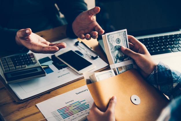Ludzie biznesu koordynują działalność finansową, urzędnicy banku robią transakcje finansowe na rzecz klientów.