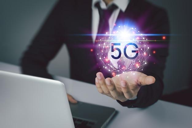 Ludzie biznesu korzystają z innowacyjnej technologii 5g. media mieszane, koncepcje cyfrowe i łączenie świata.