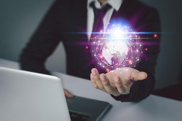 Ludzie biznesu korzystają z innowacyjnych technologii media mieszane, koncepcje cyfrowe i łączenie świata.