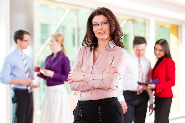 Ludzie biznesu lub zespół w biurze