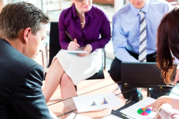 Ludzie biznesu ma spotkania w biurze