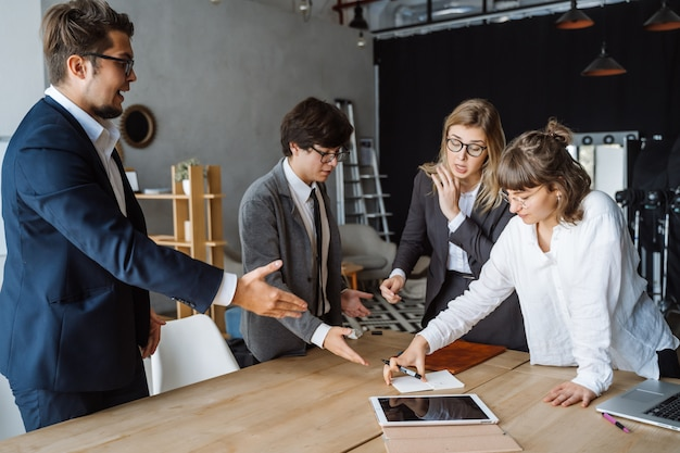 Ludzie biznesu mający dyskusje, spory lub spory na spotkaniach lub negocjacjach