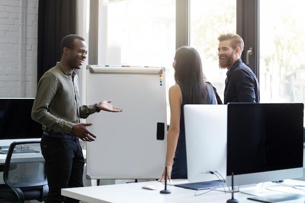 Ludzie biznesu mający spotkanie zarządu i omawiający nowe pomysły