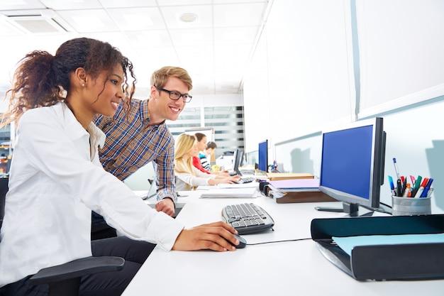 Ludzie biznesu młodego wielo- etnicznego komputerowego biurka