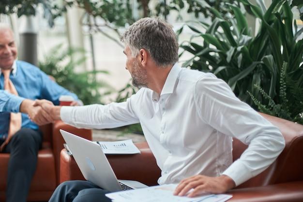 Ludzie biznesu mocno ściskają ręce koncepcja współpracy