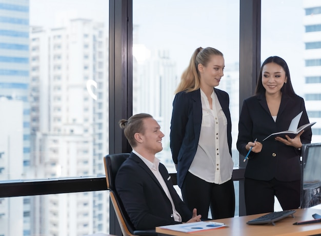 Ludzie biznesu na kostiumu podczas spotkania w biurze