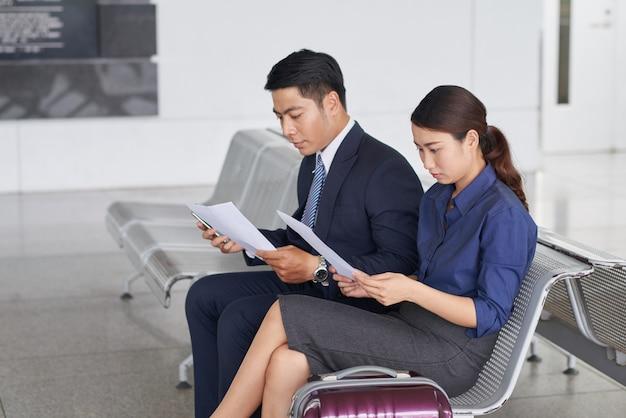Ludzie biznesu na lotniskach w poczekalni