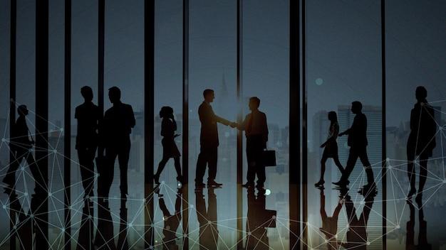 Ludzie biznesu na nieformalnym spotkaniu