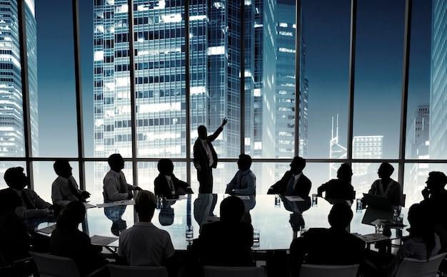 Ludzie biznesu na spotkaniu w sali zarządu